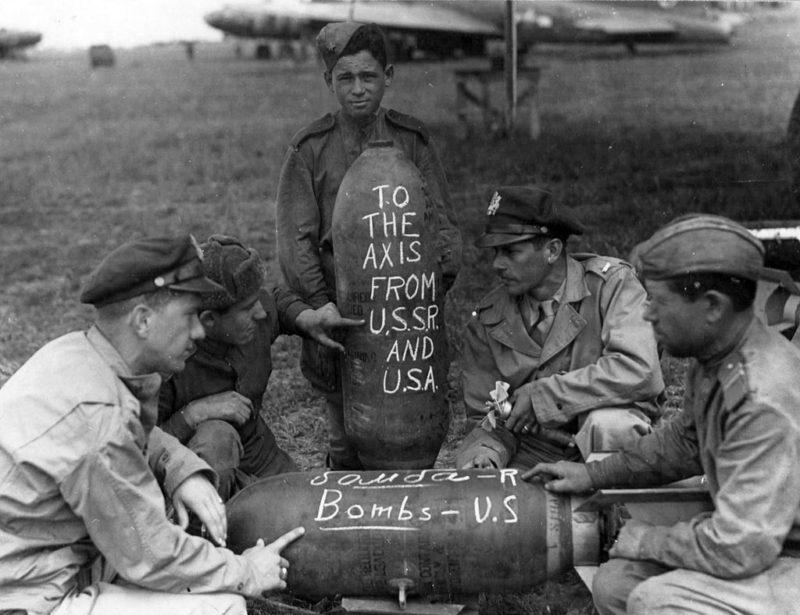 Американские и советские военные пишут «послание» на авиационных бомбах. 1944 г.