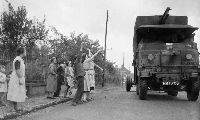 Французы встречают британскую колонну в деревне Бернай. Октябрь 1939 г.