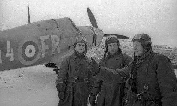 Советские летчики теперь уже у своего британского истребителя.