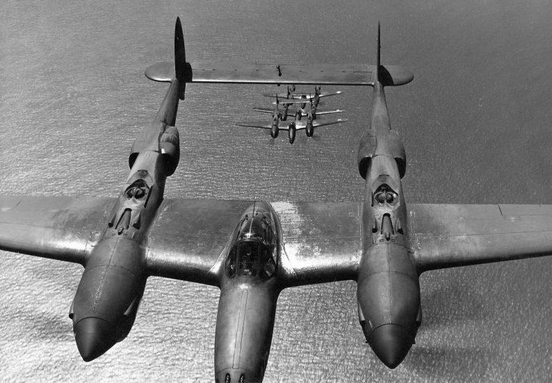 Истребители «Р-38» над морем.