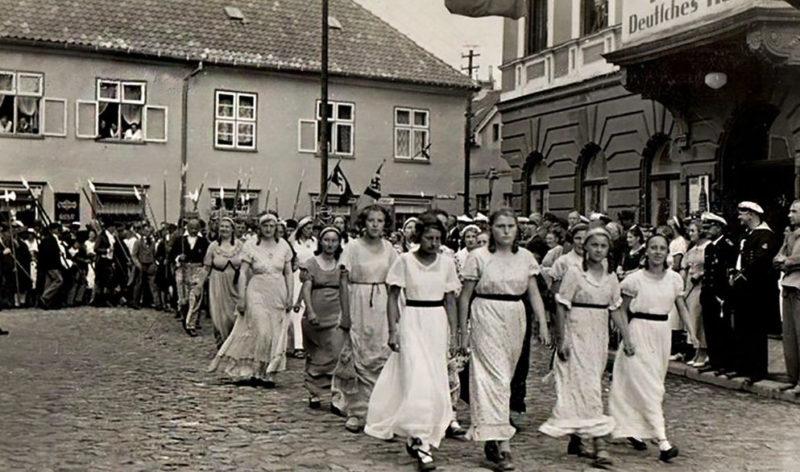 Демонстрация женского движения. 1939 г.