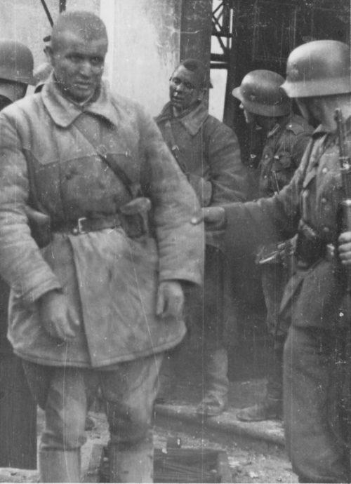 Немцы берут в плен пограничников в Кибартайе. 22 июня 1941 г.