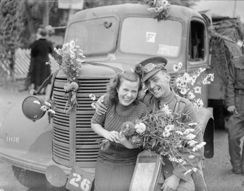 Британский солдат и французская девушка в Руане. Октябрь 1939 г.