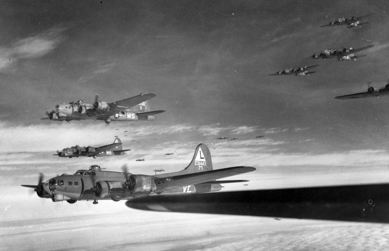 Бомбардировщики «B-17» 8-й воздушной армии ВВС США в полете.
