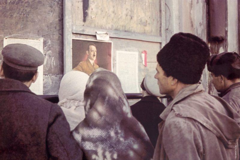 Горожане у информационного щита. Октябрь 1941 г.