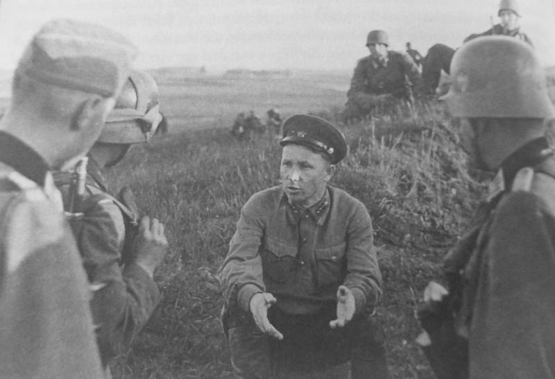 Допрос пленного политрука в районе Виштитис. Литва, 22 июня 1941 г.
