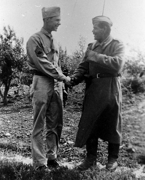 Пилот Бернар Макгуайр с караульным красноармейцем. Полтава, 1944 г.