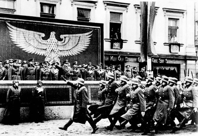 Парад войск СС и немецкой полиции принимает генерал-губернатор Ганс Франк. Площадь Адольфа Гитлера. Октябрь 1940 г.
