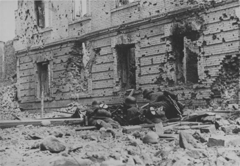 Немецкий пулеметный расчет у Холмских ворот в Цитадели Брестской крепости. Июнь 1941 г.