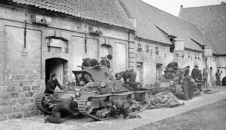 Экипажи 4-го Королевского танкового полка обслуживают свои танки Matilda Mk-I у сельскохозяйственных построек в Акке. 19 октября 1939 г.