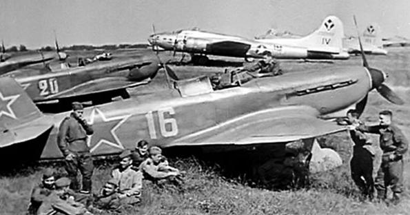 Бомбардировщики «B-17» и истребители «Як-9» на аэродроме Миргорода. 1944 г.