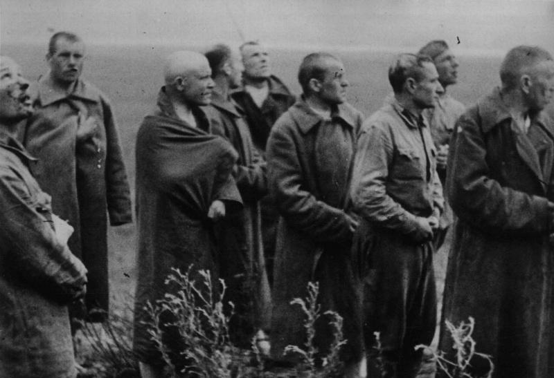 Первые военнопленные красноармейцы под Брестом. 22 июня 1941 г.