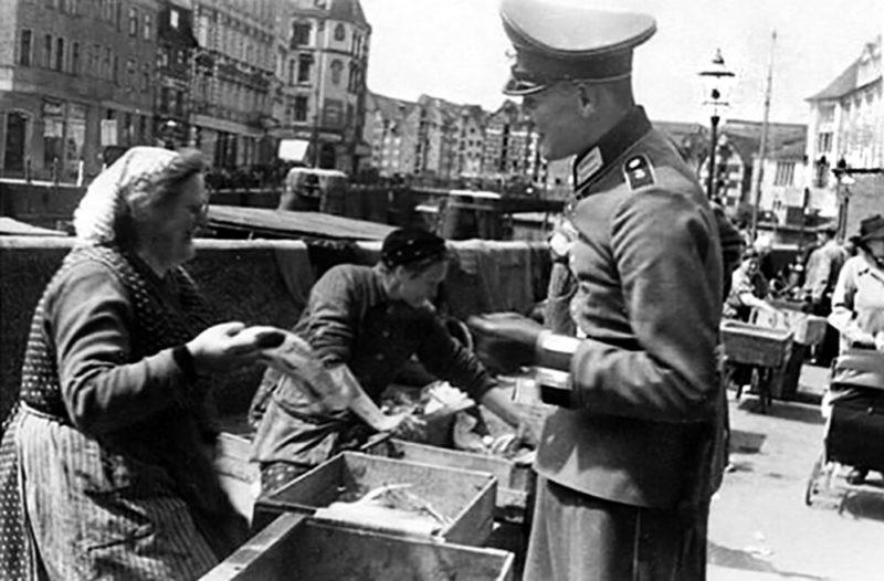 Уличная торговля рыбой. 1939 г.