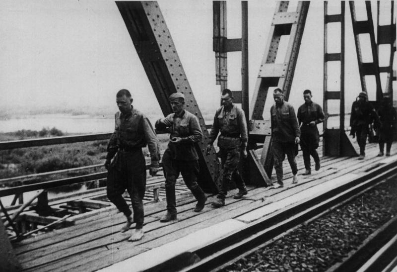 Советские военнопленные на железнодорожном мосту в Бресте. 22 июня 1941 г.