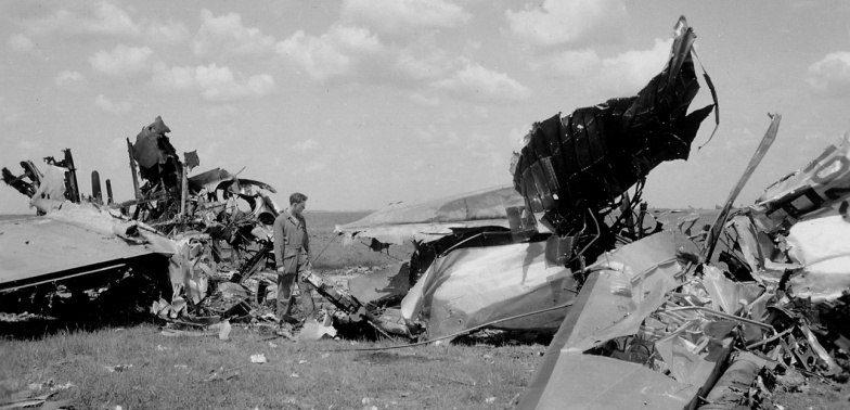 Обломки американских бомбардировщиков B-17 на аэродроме под Полтавой.