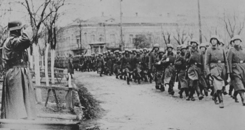 Немцы во время парада в Керчи. Ноябрь 1941 г.