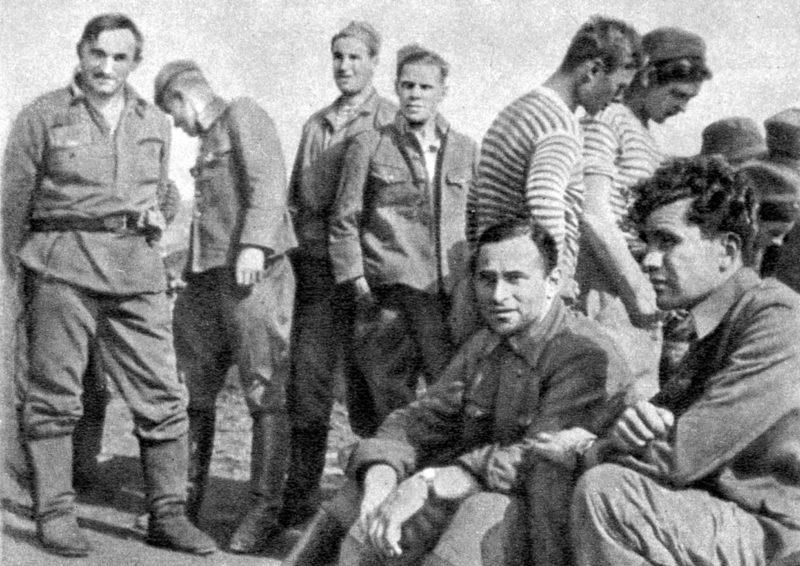 Леонов среди бойцов. 1942 г.