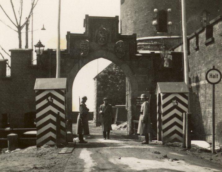 Одни из ворот Краковского гетто. 1941 г.