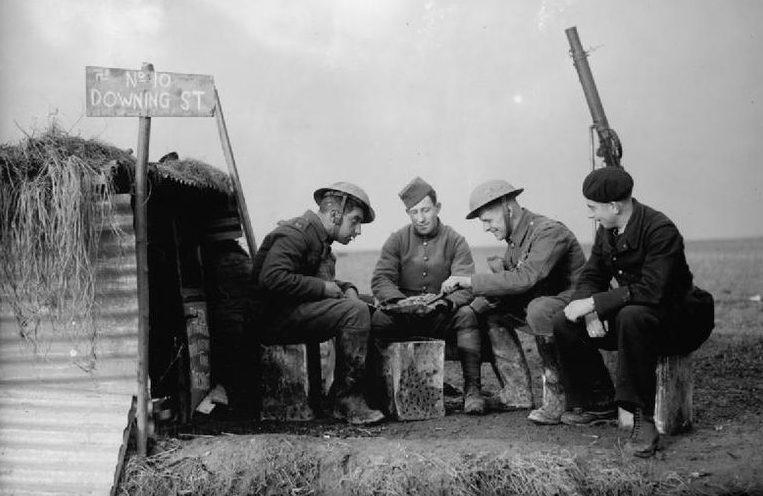 Солдаты британского экспедиционного корпуса и французских ВВС на линии фронта. Шутливые надписи «10 Downing Street» - адрес резиденции британского премьер-министра. 28 ноября 1939 г.