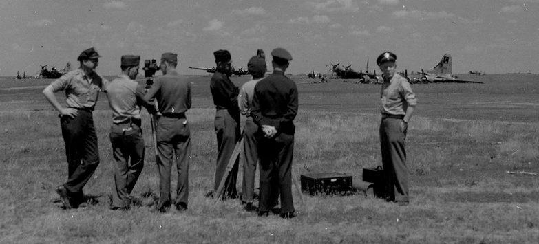 Американцы осматривают аэродром после бомбардировки.