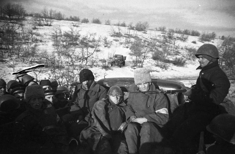 Краснофлотцы конвоируют пленных румынских солдат. Декабрь 1941 г.