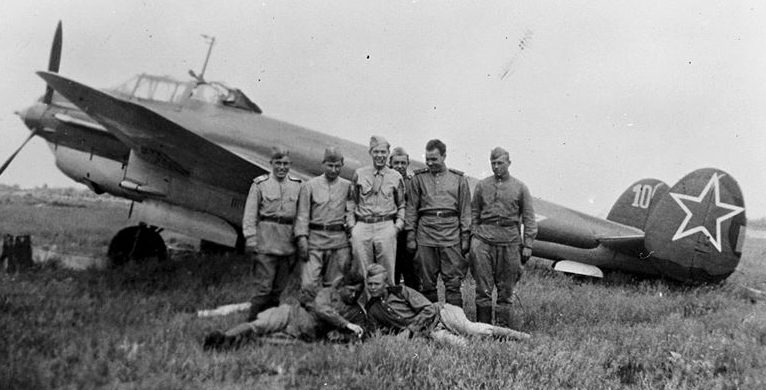 Бернар Дж. Макгуайр из 348-й бомбардировочной эскадрильи с экипажем советского бомбардировщика Пе-2. Полтава. 1944 г.