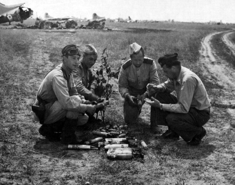 Советские бойцы собрали неразорвавшиеся немецкие «зажигалки».