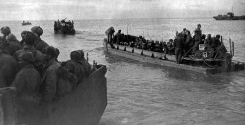 Десантные баржи на пути к высадке. Декабрь 1941 г.