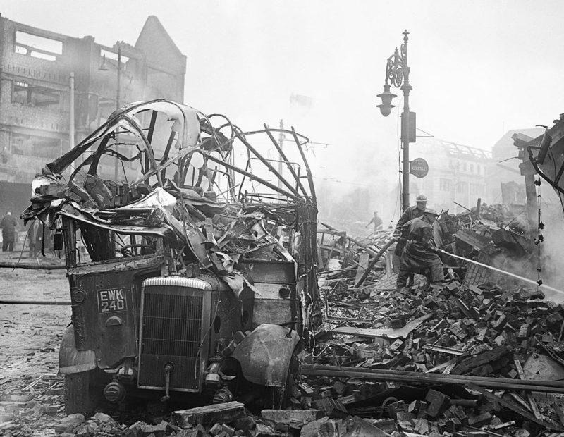 Разбитый автобус в центре города. Ноябрь 1940 г.