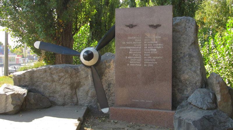 Памятный знак в честь 50-летия проведения операции «Фрэнтик».