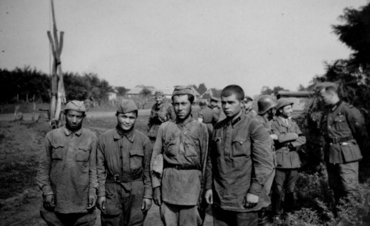 Пленные красноармейцы в районе Алушты. 1941 г.