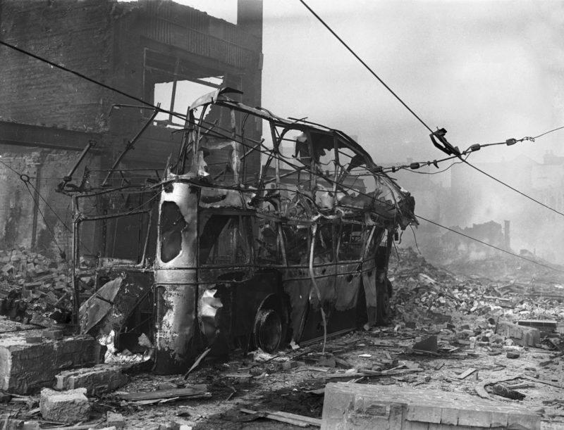 Обгорелый вагон трамвая. Ноябрь 1940 г.