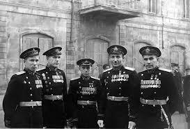Капитан-лейтенант Леонов (крайний слева) среди однокурсников. 1949 г.