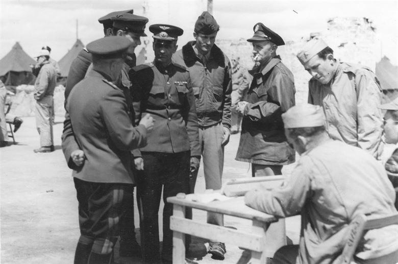 Советские и американские авиаторы на аэродроме в Пирятине.