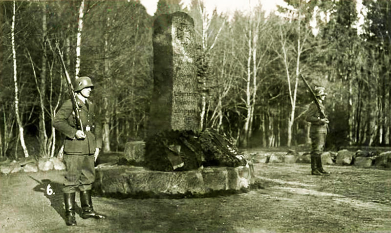 Почетный караул возле памятника в Нойкурене. 1941 г.