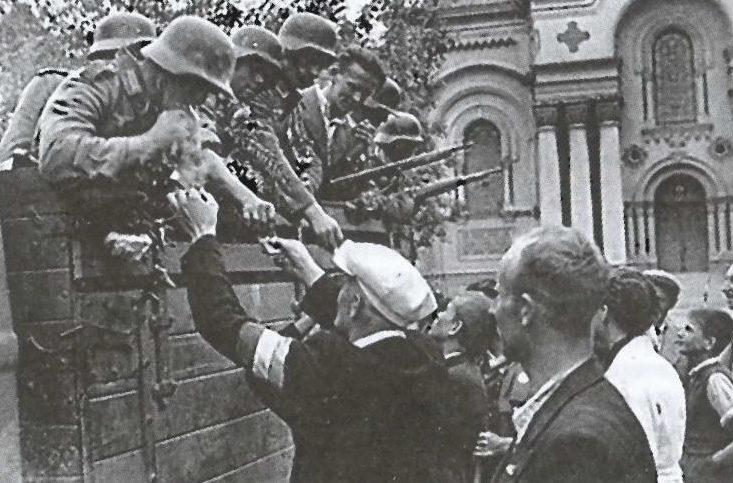 Жители Каунаса угощают немецких солдат сигаретами. 26 июня 1941 г.