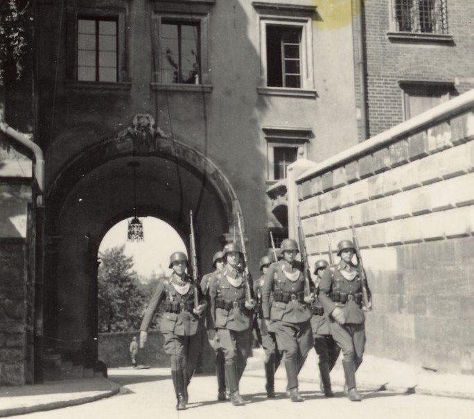 Патруль фельджандармерии на улице города. 1941 г.