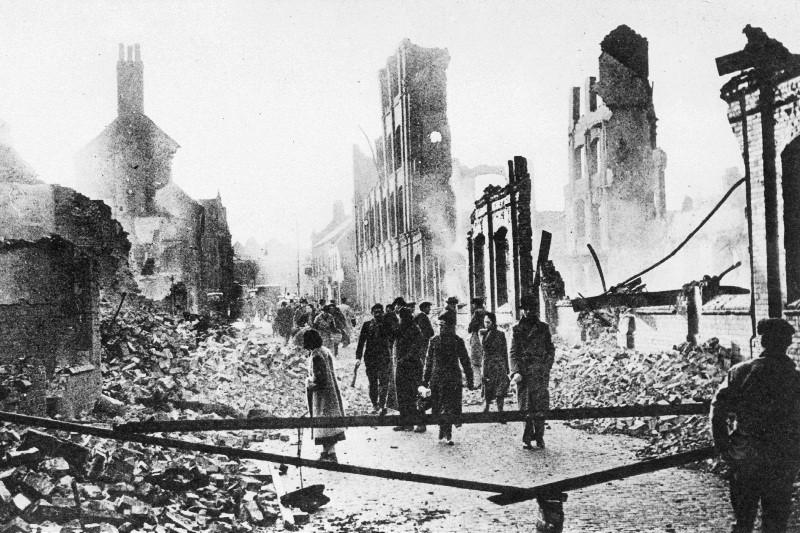Жители города пробираются сквозь завалы утром 15 ноября 1940 г.