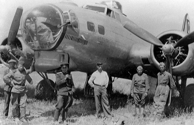 Советские солдаты у бомбардировщика «B-17». 22 июня 1944 года.