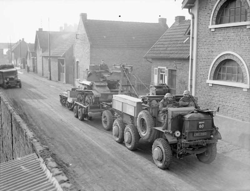 Легкий танк Mk-VI на прицепе эвакуационного трактора. Декабрь 1939 г.