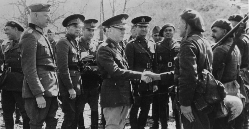 Маршал Ион Антонеску и командующий немецкой 11-й армией генерал Эрих фон Манштейн во время смотра румынский частей в Крыму. 1942 г.