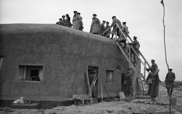 Король Георг VI осматривает окрестности Баши с верхней части дота. Декабрь 1939 г.