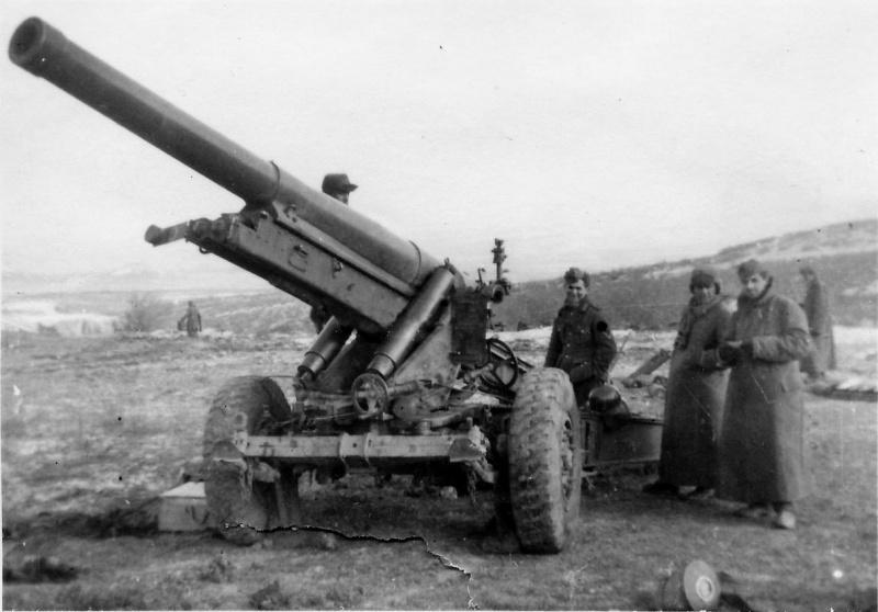 Расчет возле немецкой 150-мм тяжелой гаубицы в Крыму.1942 г.