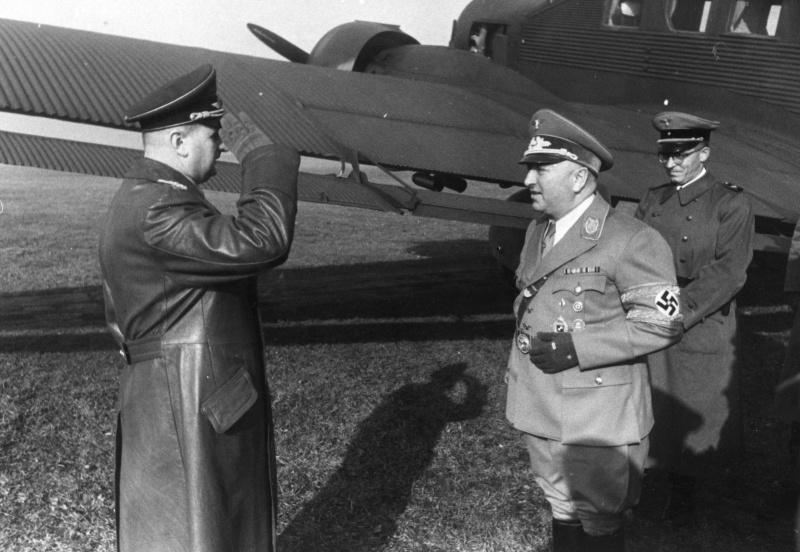 Встреча руководителя «Германского трудового фронта» (DAF) рейхсляйтера Роберта Лея на аэродроме у Кракова. Август 1941 г.