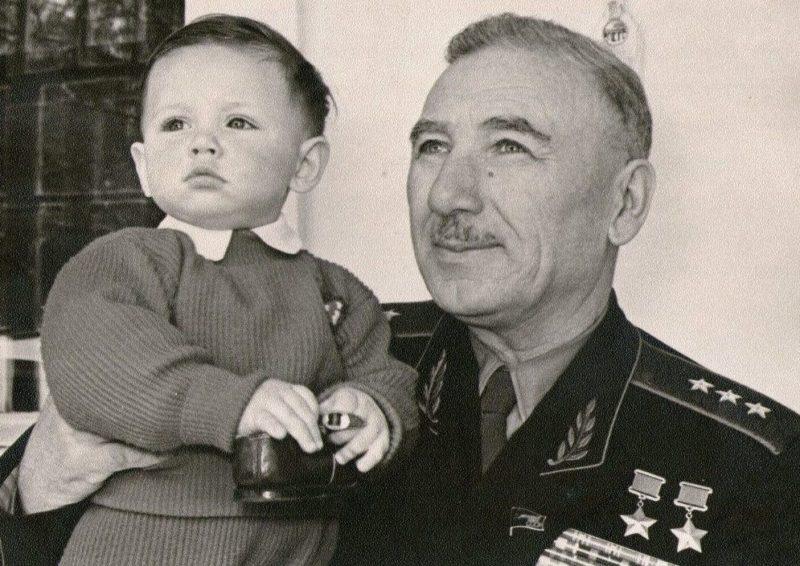 Исса Плиев с внуком Борисом. 1960 г.