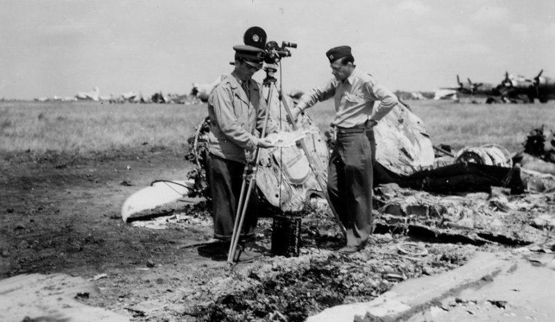 Американские офицеры среди обломков бомбардировщика B-17, уничтоженного немецкой бомбардировкой на аэродроме под Полтавой.