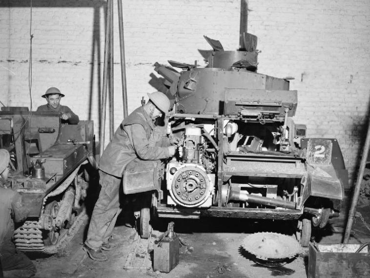 Ремонт легких танков Mk-VI в авторемонтном цехе RASC. 3 января 1940 г.