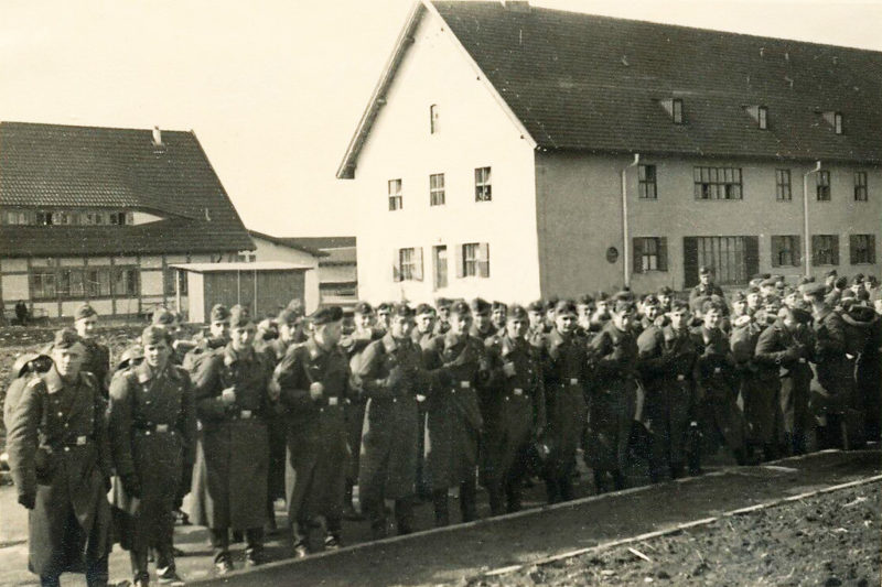 Солдаты у казармы. 1942 г.