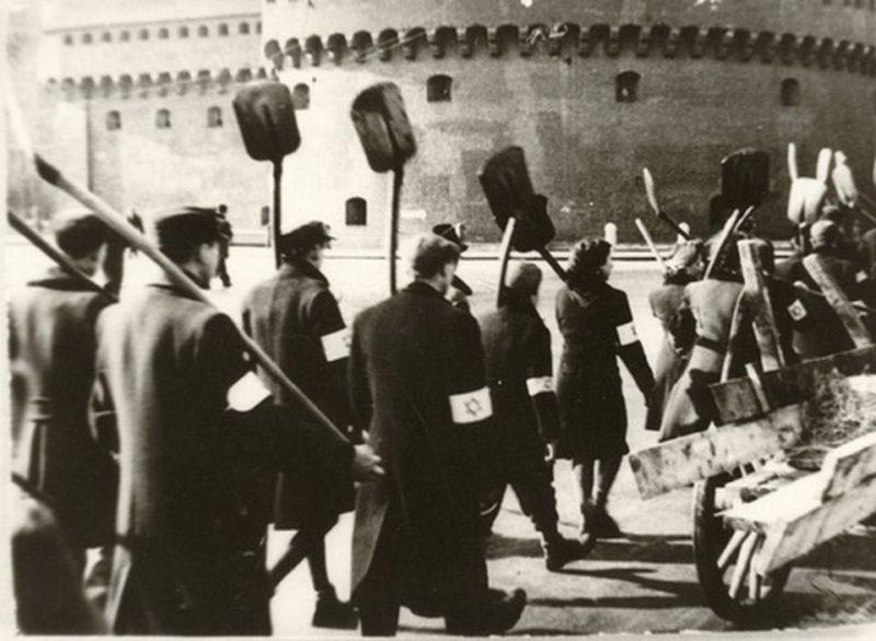 Евреи из гетто направляются на работу. 1942 г.