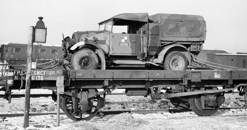 Грузовой автомобиль Morris-Commercial CS8 на железнодорожной платформе в Аррасе. 3 января 1940 г.
